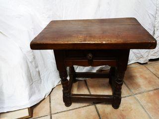 Mesa o mesita de cama de madera de nogal
