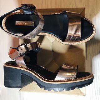 Sandalias doradas de plataforma