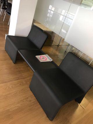 Bancada de sillones con mesa