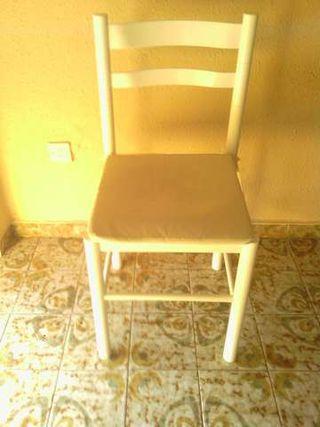 silla de madera blanca con cojin blanco en muy bue