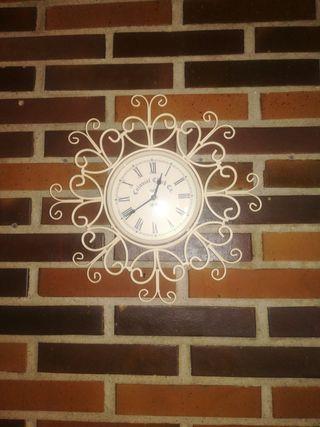 reloj pared en blanco roto
