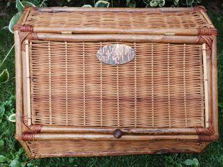 Caja para betunes de mimbre.