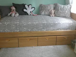 Habitación juvenil de madera con cama de 90