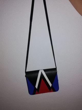 Bolso negro con colores