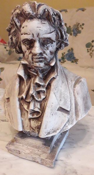 2 bustos de musicos . 1 de Bethoven y 1 de Verdi.