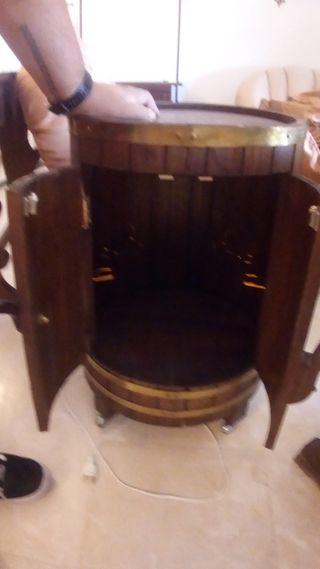 botellero en forma de barril de madera con luz