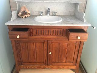 Mueble de baño con lavabo, espejo y lamparas