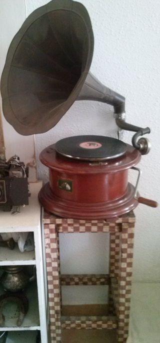 Gramófono en funcionamiento y taburete.