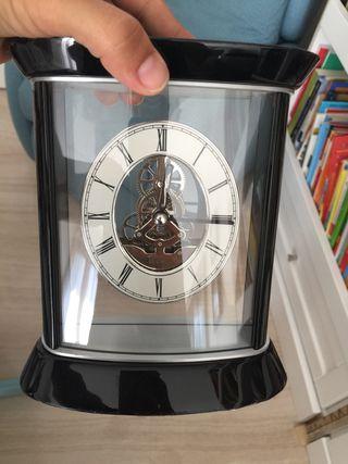 Reloj decorativo con mecanismo visto