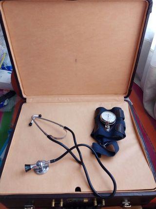 maletín médico estetoscopio y presión arterial
