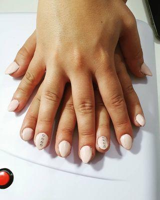 Técnica en uñas y pestañas artificiales
