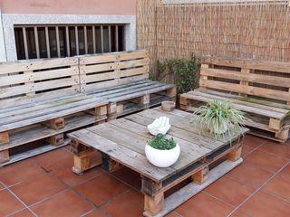 Conjunto sofás y mesa palets terraza.