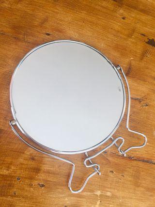 Espejo tocador sobre mesa vintage