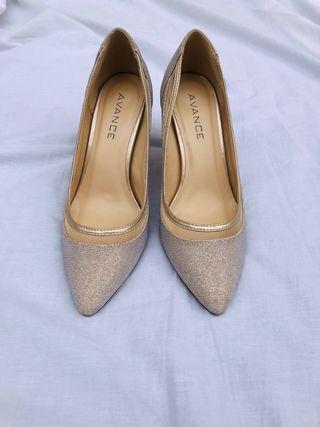 Zapato beige cerrado Menbur con brillo