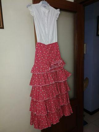 flamenca, falda rociera, blusa y tacones