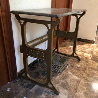 Mesa decorativa (pie de máquina de coser y mármol)