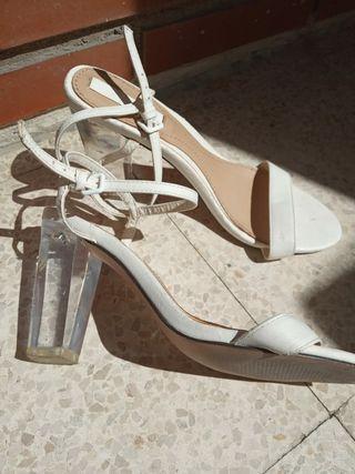 zapato blanco tacón metacrilato. sandalia blanca