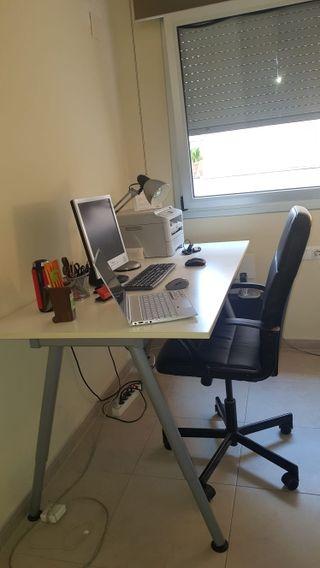 Mesa y silla de escritorio semi nuevas