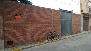 Parcela con pozo, fachada, portada y medianerias