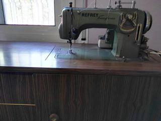 Maquina de coser REFREY con mueble