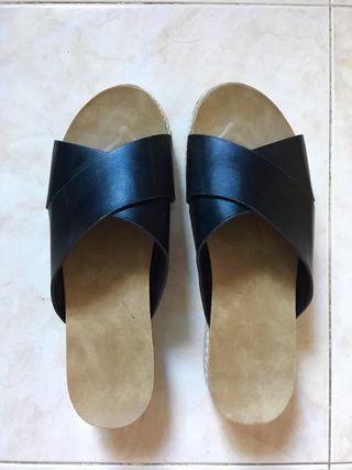 Sandalias plataforma negras.