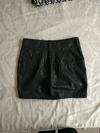 Falda con bolsillos, color negro azabache