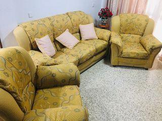 Sofá de tres plazas y dos sillones