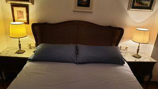 Dormitorio con cabecero, somier lamas y mesillas