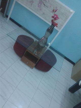 Mesa centro con tapa de cristal y dos puff