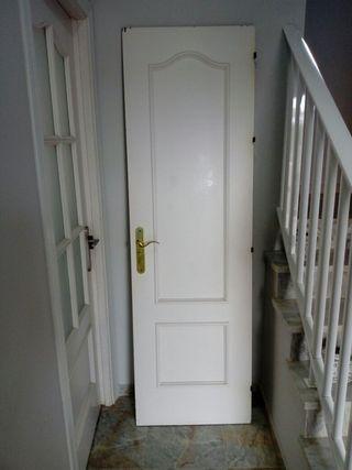 Puerta de madera lacada en blanco