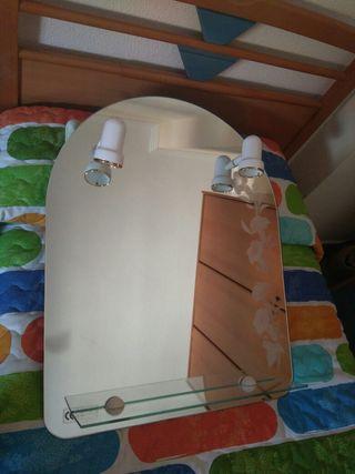Espejo de baño con repisa y focos.