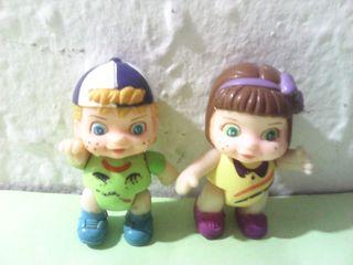 Lote de dos figuras de niños en pvc