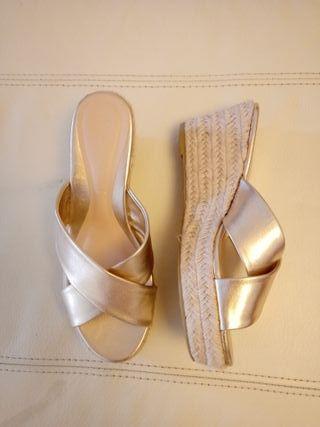 sandalias cruzadas doradas con plataforma