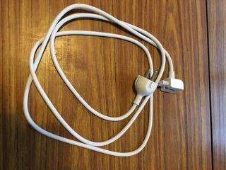 Cable corriente para cargador MacBook.