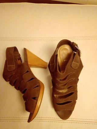 sandalias piel marron de tacón