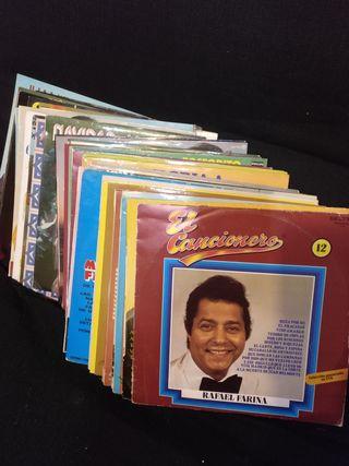 50 discos de vinilo.