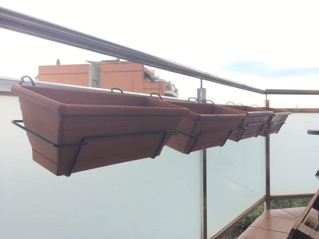 Jardinera plástico con balconera metal