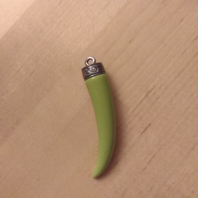 Colgante cuerno verde