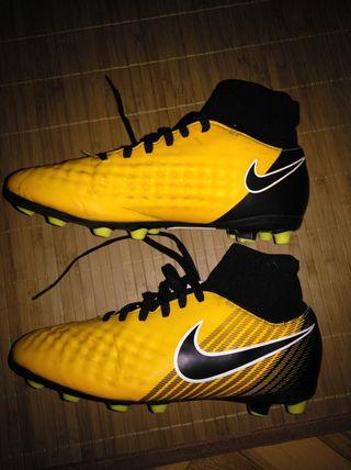 botas de fútbol con calcetín número 38