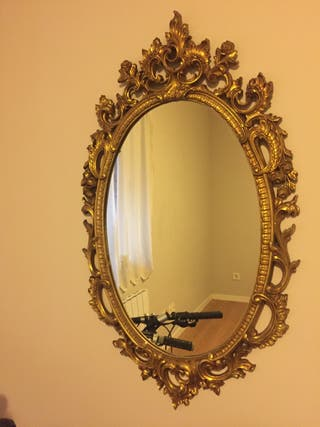Espejo dorado de madera tallada
