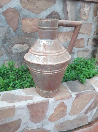 Cántaro o lechera de chapa para la leche antiguo