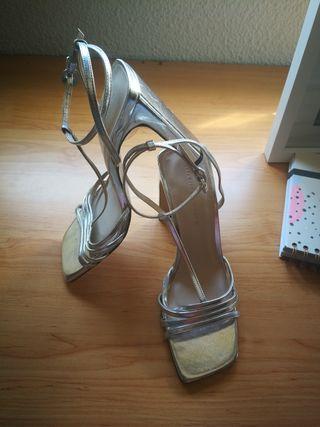 Zapatos plateados sin usar