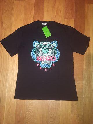 Camiseta negra marca Kenzo.