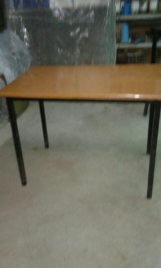 Mesa y cuatro sillas.
