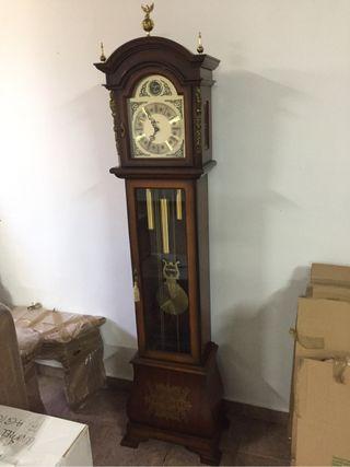 Reloj de pared estilo italiano impecable.