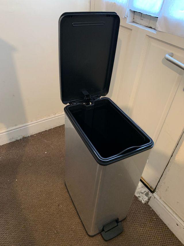 Almost new dust bin