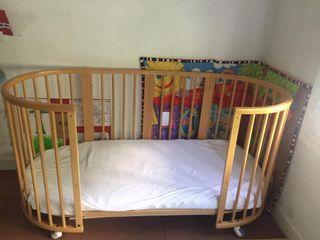 Cuna-cama y cambiador stokke