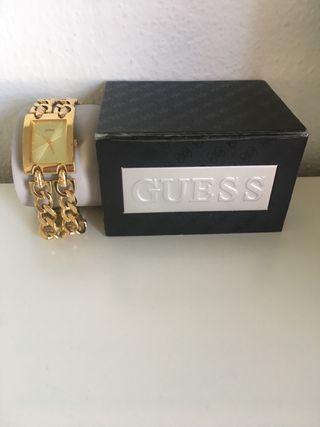 Reloj guess dorado cadena doble.