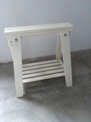 Caballete blanco IKEA con 2 regalos.