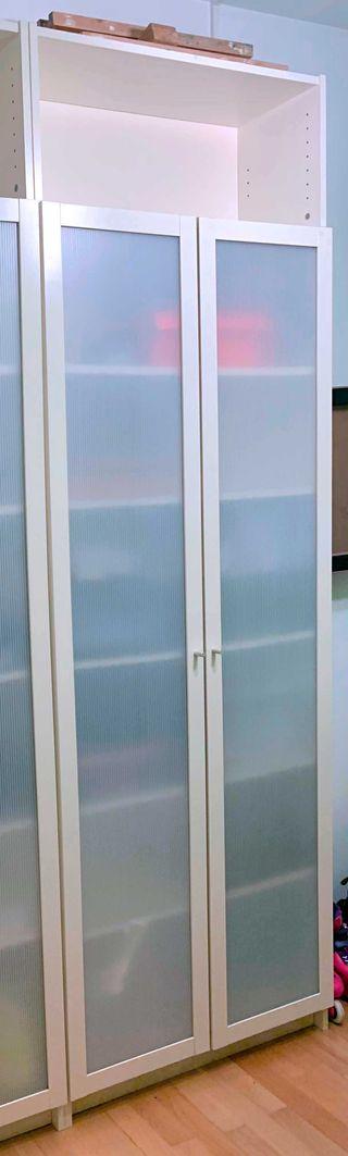 Estantería IKEA Billy (con puertas policarbonato) de segunda